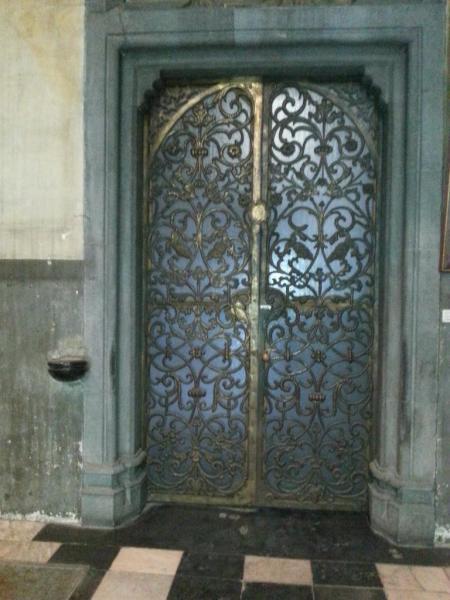 Collégiale Ste-Croix - porte vers le cloître