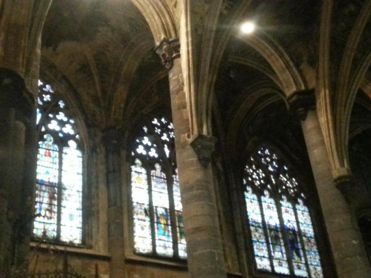 Collégiale Ste-Croix - colonnes et vitraux