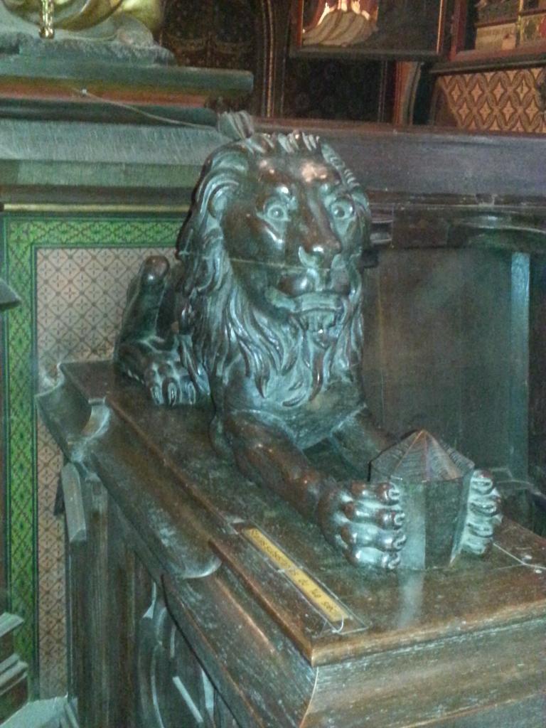 Collégiale Ste-Croix - lion du banc de communion
