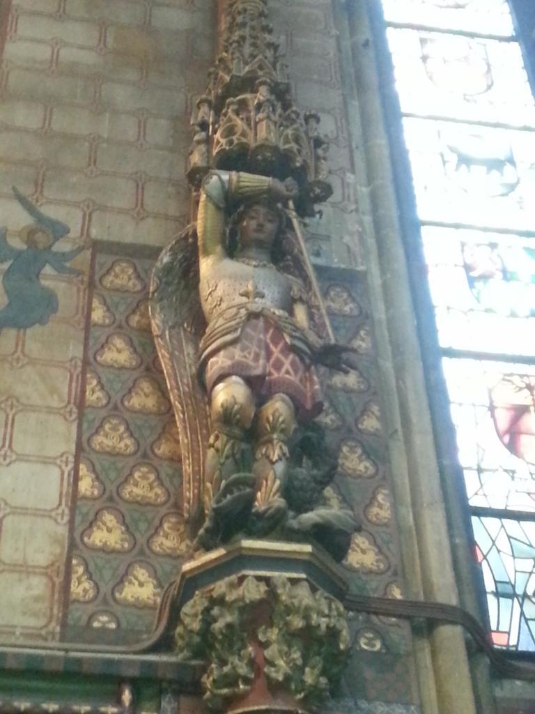 Collégiale Ste-Croix - statue de Saint Michel