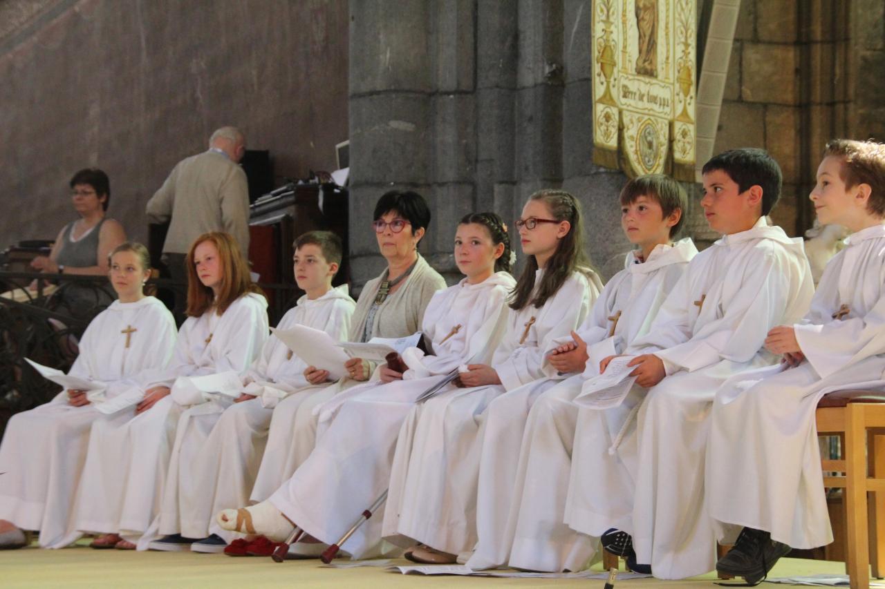 Quelques jeunes autour d'une catéchiste