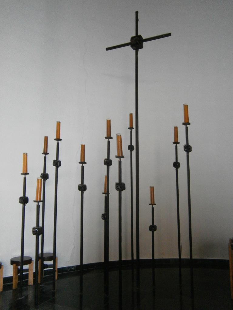 Eglise Ste-Julienne, crucifix et luminaires du choeur
