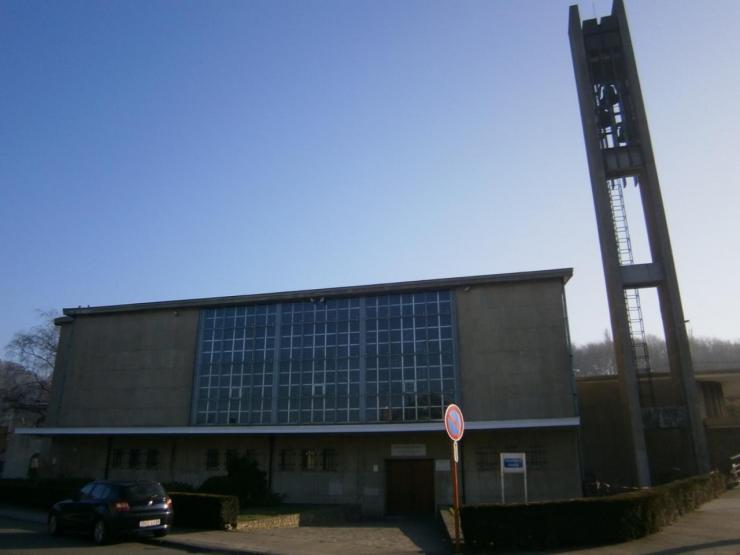 Eglise Ste-Julienne et entrée de la salle des Genêts