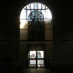 Eglise Ste-Marguerite, vitrail et entrée principale