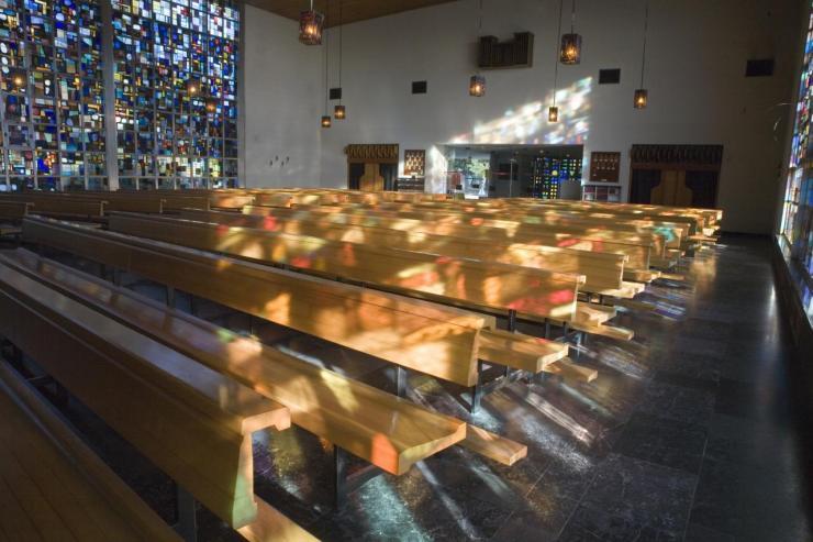 Eglise Ste-Julienne - bancs et lumière